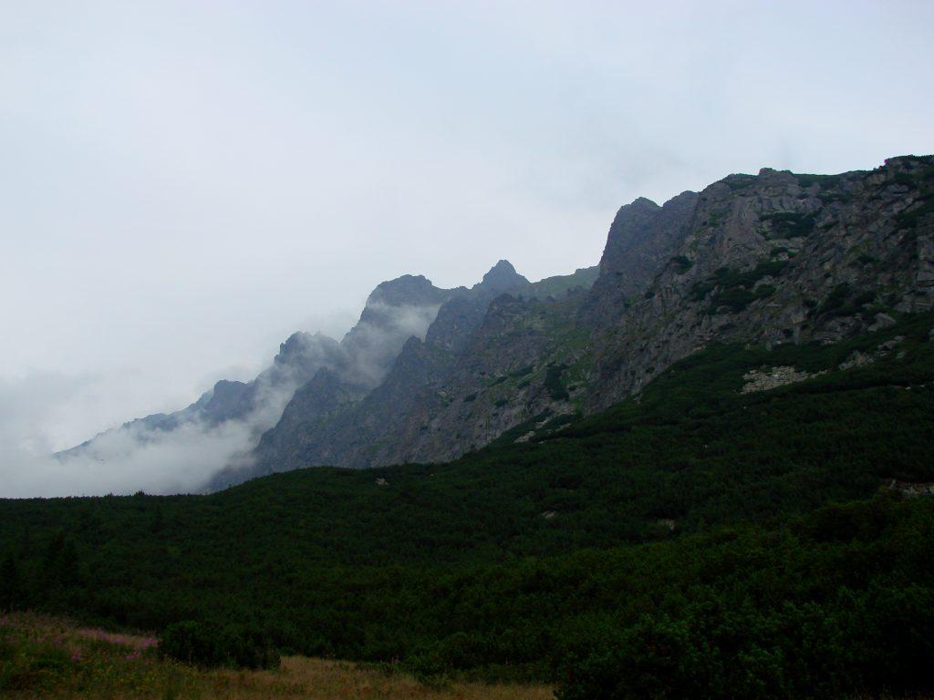 Okoliczne szczyty pod chmurką