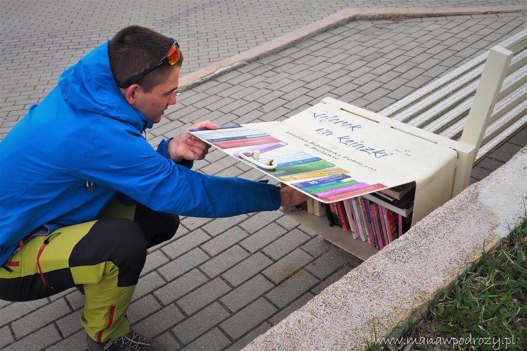 Ławeczka z ksiażkami nad Jeziorem Bielawskim w Bielawie. Biblioteka Miejska w Bielawie.