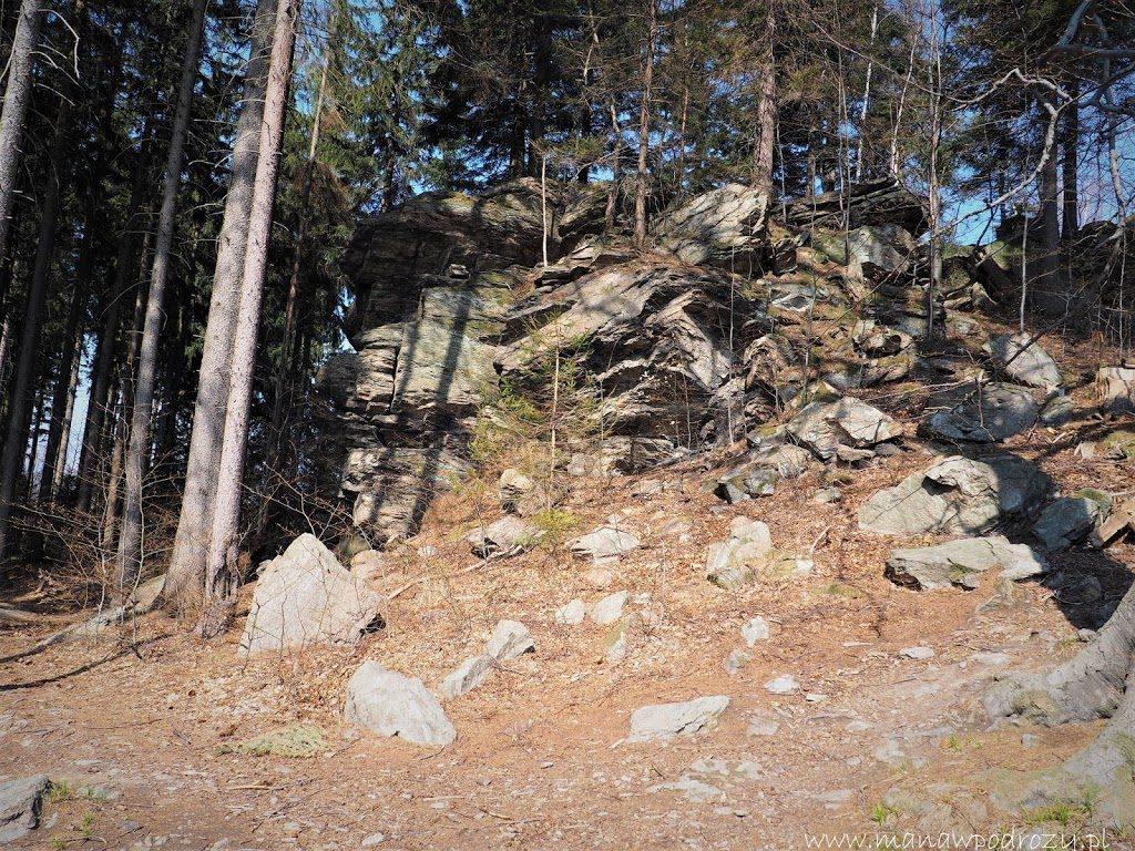 Vysoki Kamen- skalny szczyt w drodze na Borówkową Górę przy rozwidleniu żółtego szlaku