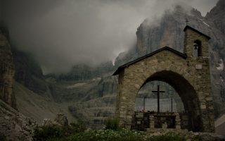 Kaplica tuż przed zmierzchem i burzą