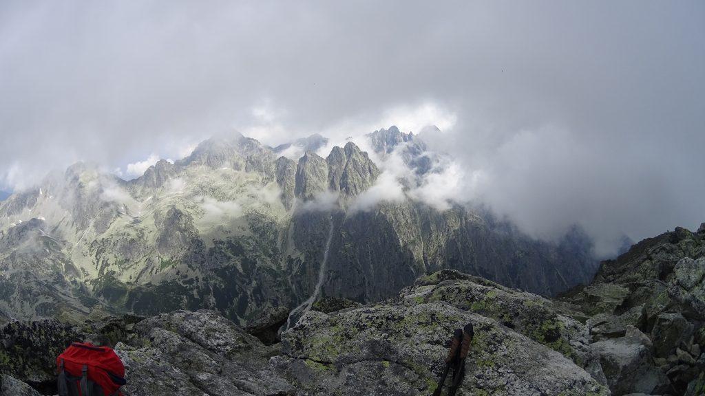 Baranie rogi wychylają się zza chmur