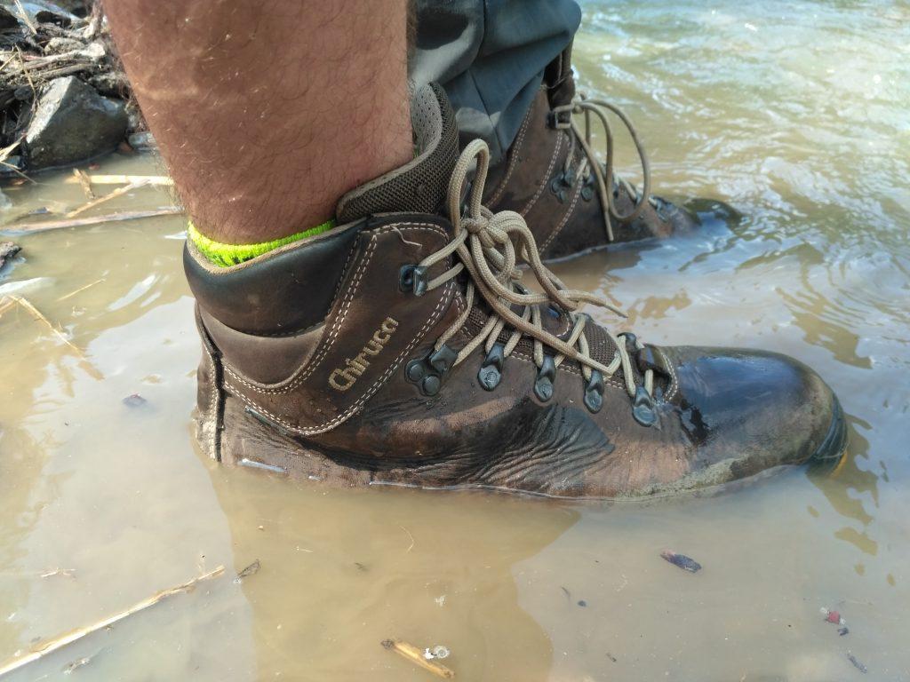 W butach Chiruca bez problemu można przemierzyć górski potok...