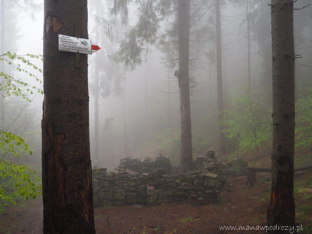 Mały Szlak Beskidzki, kamienny szałas