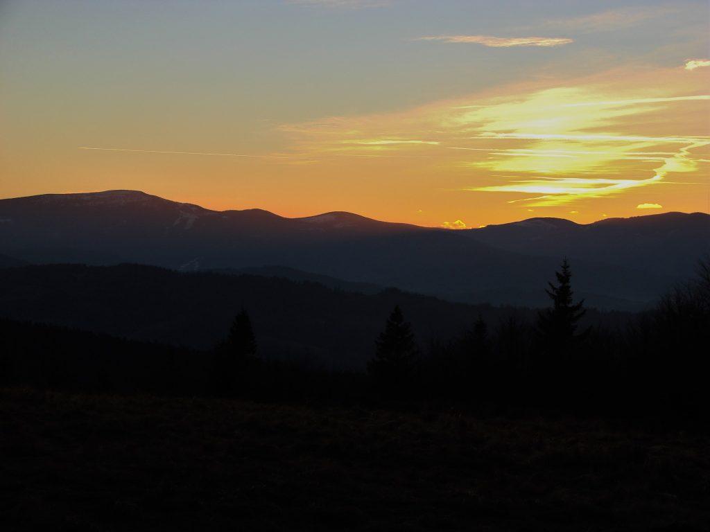 Widok na Pilsko, Rysiankę i Romankę o zachodzie Słońca