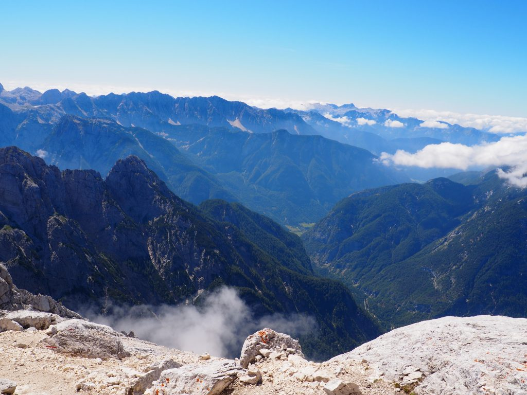 W tle widoczne Dolomity