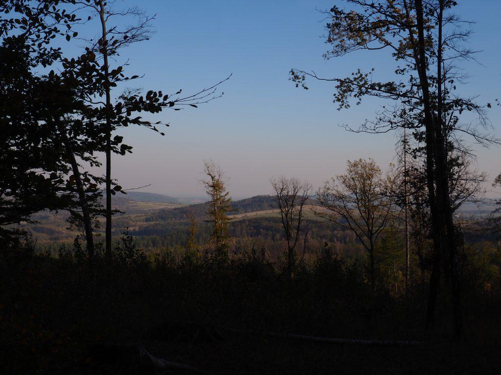 Widoki w kierunku wschodnim z przełęczy między Szyndzielową Kopą a Zamkową Górą
