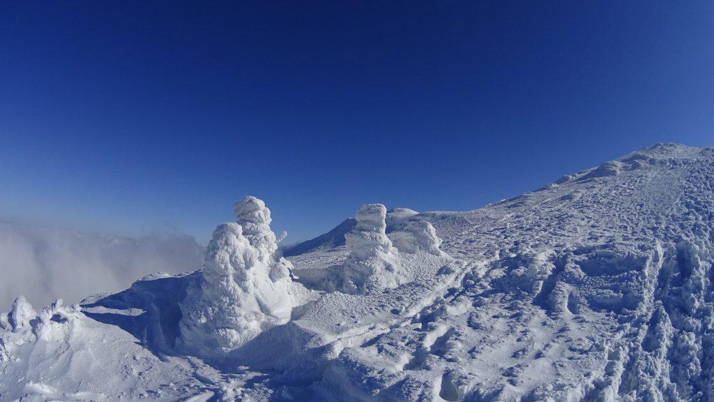 Śnieżne postacie w drodze na Diablak
