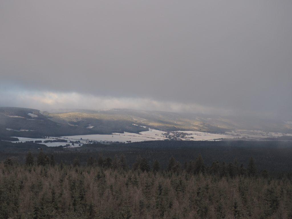 Widok z wiezy widokowej na Jagodnej w kierunku Zieleńca