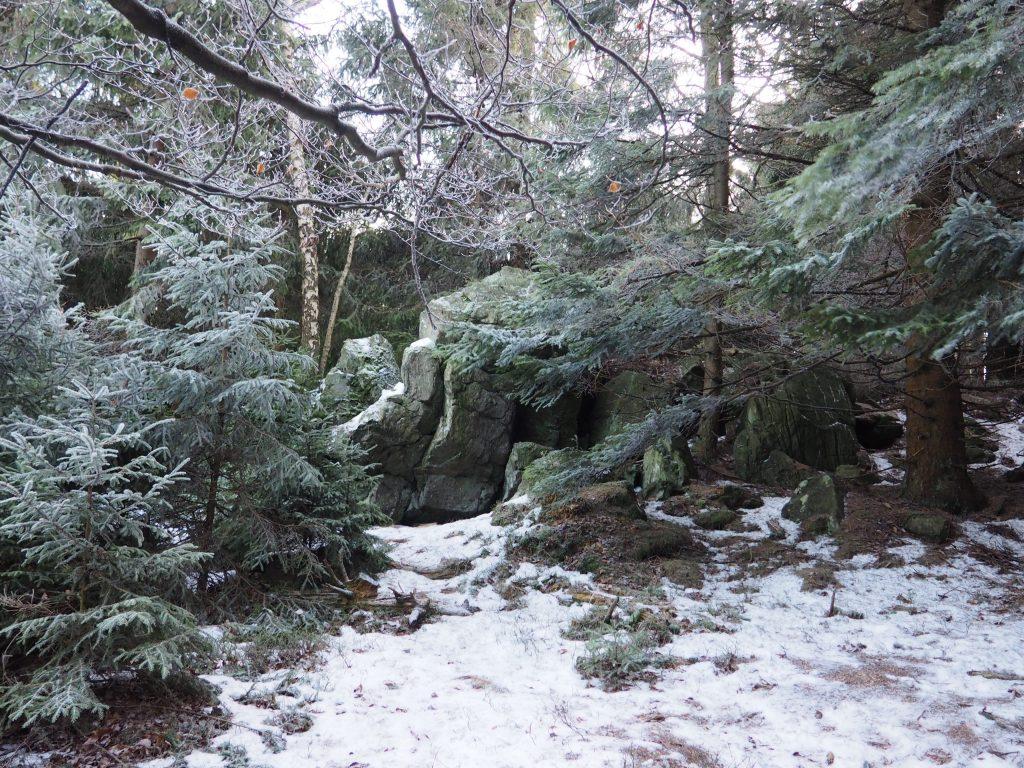 Formacje skalne przy szczycie Rymarz
