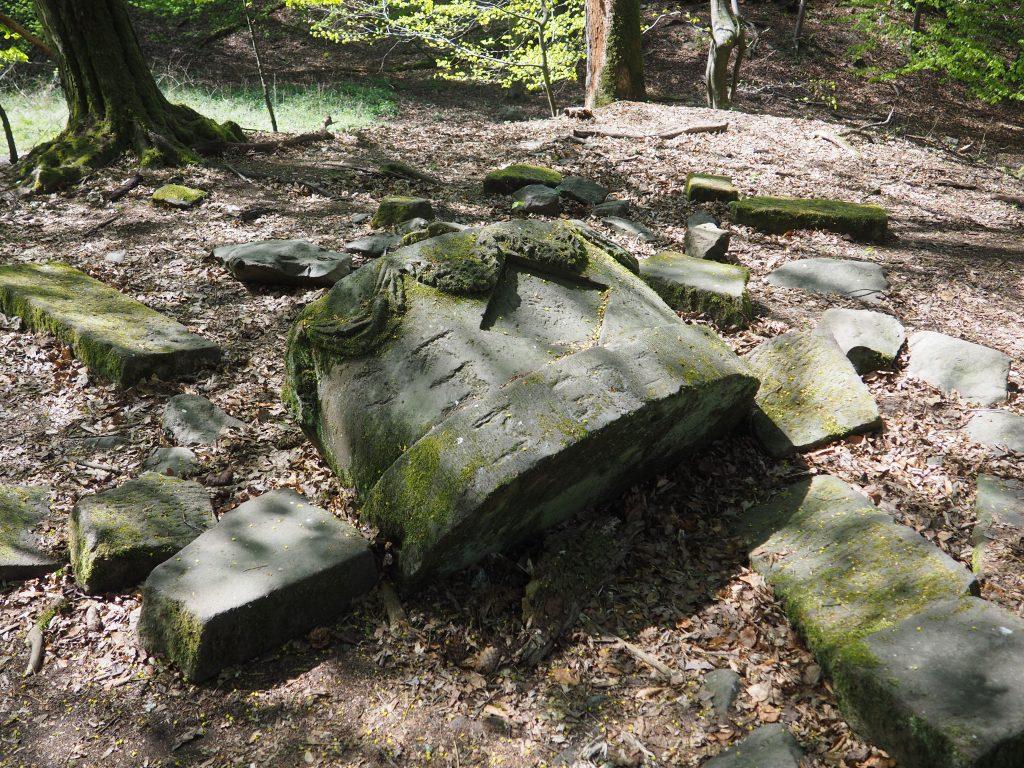 Płyty nagrobne na wyspie Łabędziego Stawu