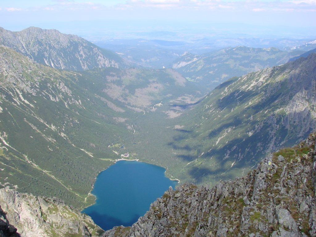 Widok na Morskie Oko i Dolinę Rybiego Potoku z Przełęczy pod Chłopkiem