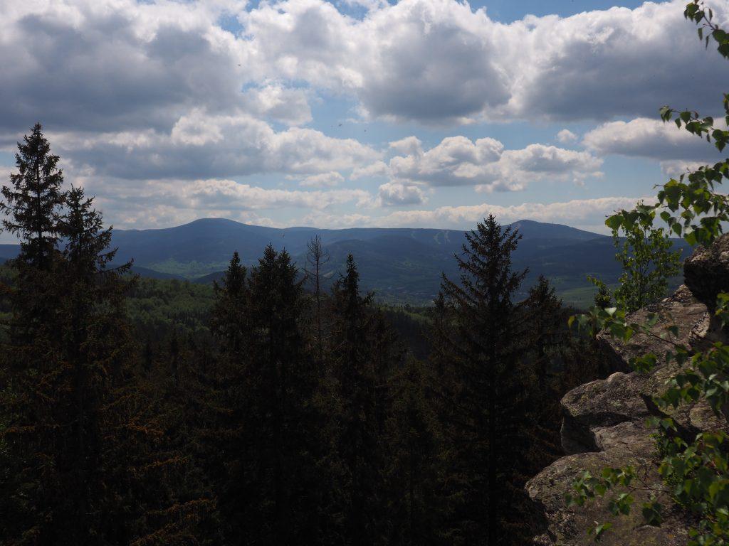 Dwie najwyższe To Śnieżnik z lewej i Czarna Góra z prawej