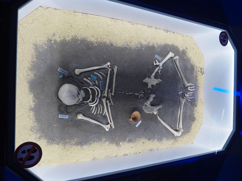 Plansza obrazująca pochówek w czasach pierwszych ludzi
