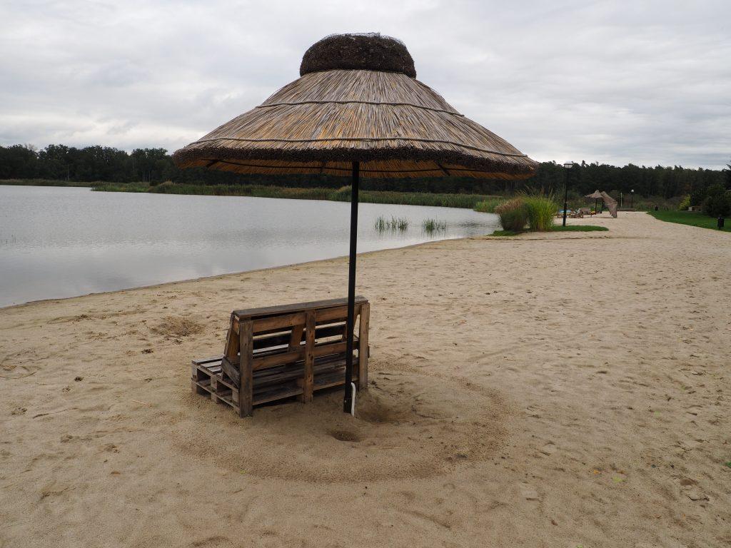 Prz Pałacu Jakubus znajduje się ogólnodostępna plaża