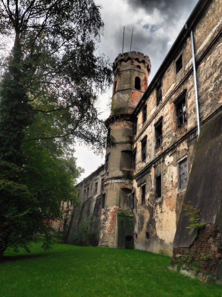 Mocno zaniedbana część zamku w Głogówku