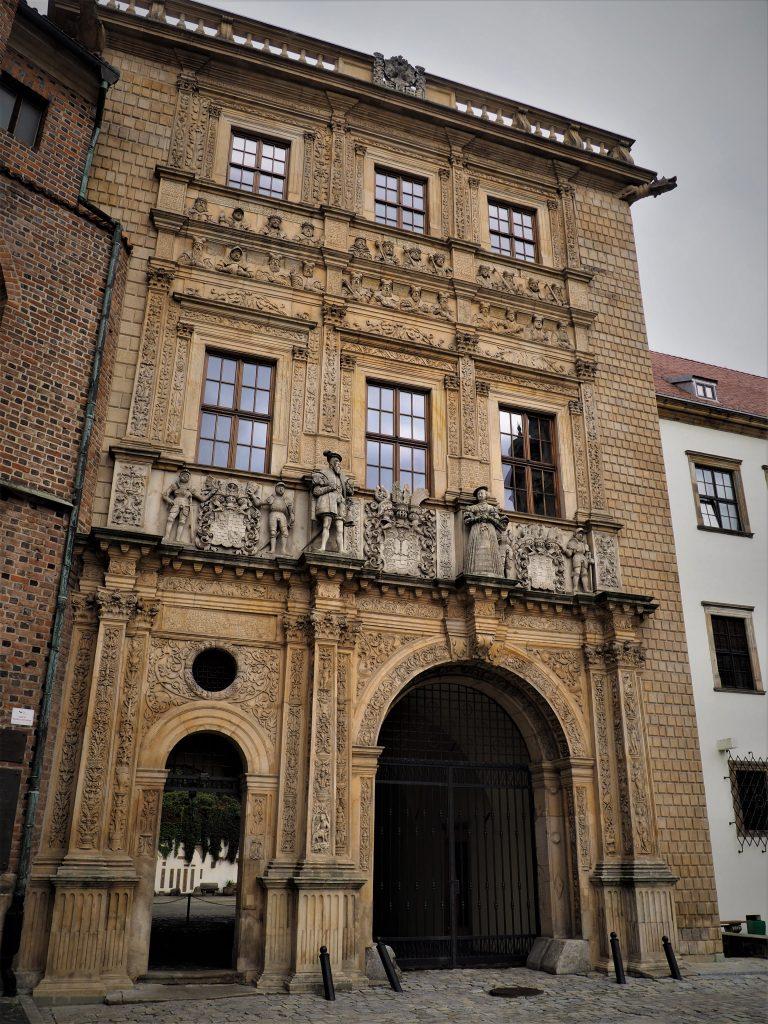 Brama wjazdowa do Zamku w Brzegu z popiersiami przedstawicieli dynastii Piastów