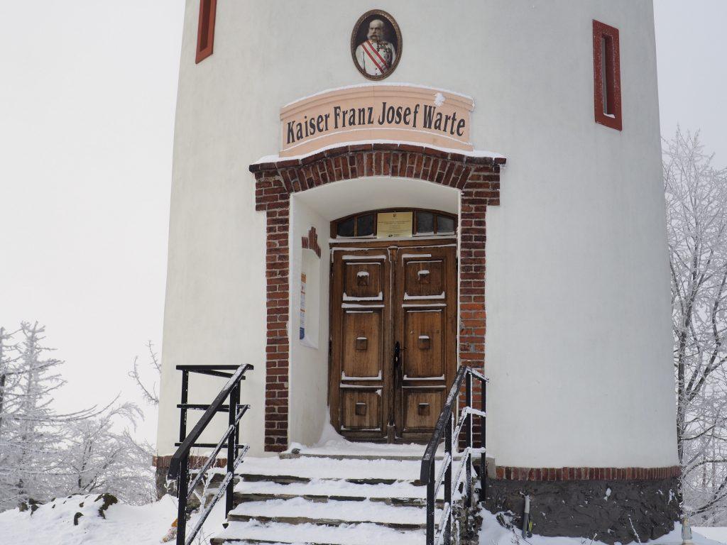 Wieża została wzniesiona na cześć cesarza Franciszka Józefa