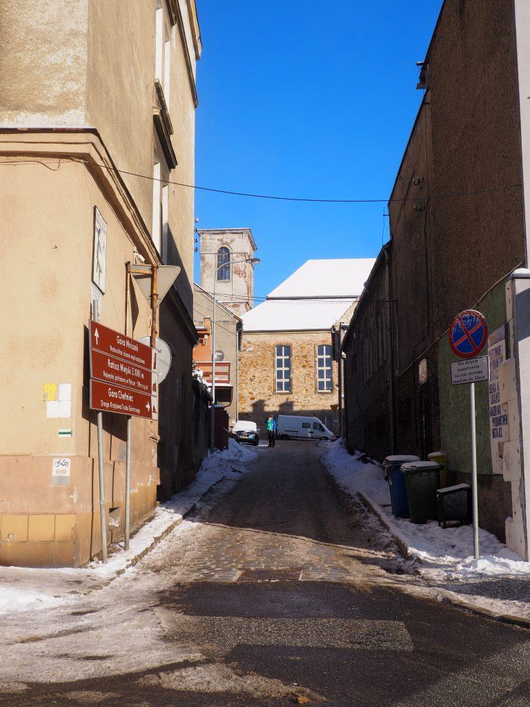 Wędrujemy przez uliczki miasteczka- w tle ruiny kościoła ewangelickiego
