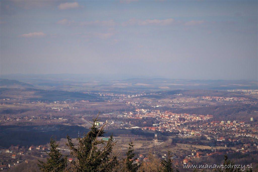 Widok z wieży widokowej na Borowej na Wałbrzych