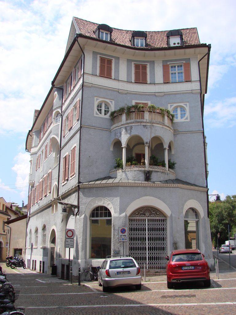 Ciekawymi miejscami jest ponadto klasztor Dominikanów, czy klasztor krzyżacki. Całe centrum miasto jest poprzecinane wąskimi uliczkami wypełnionymi sklepikami oraz licznymi restauracjami.