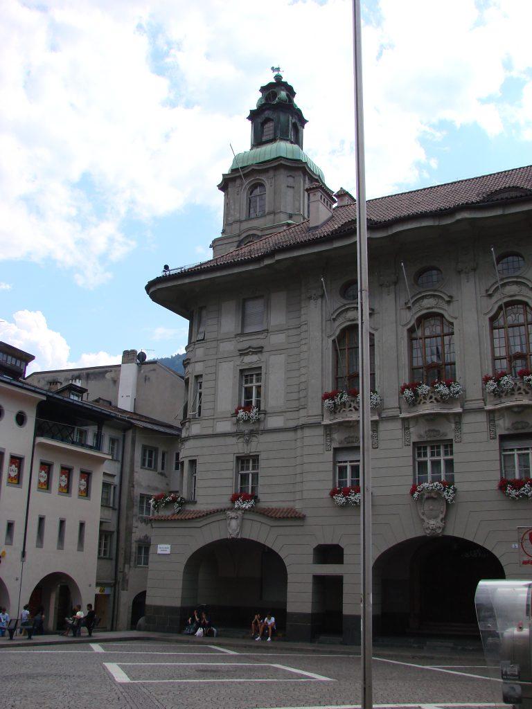 Co warto zobaczyć w Bolzano? Na pewno na pierwszy rzut oka wyłania się gotycka katedra, królująca w centrum miasta. Również na centralnym placu jest fontanna z kolumną Maryjną.