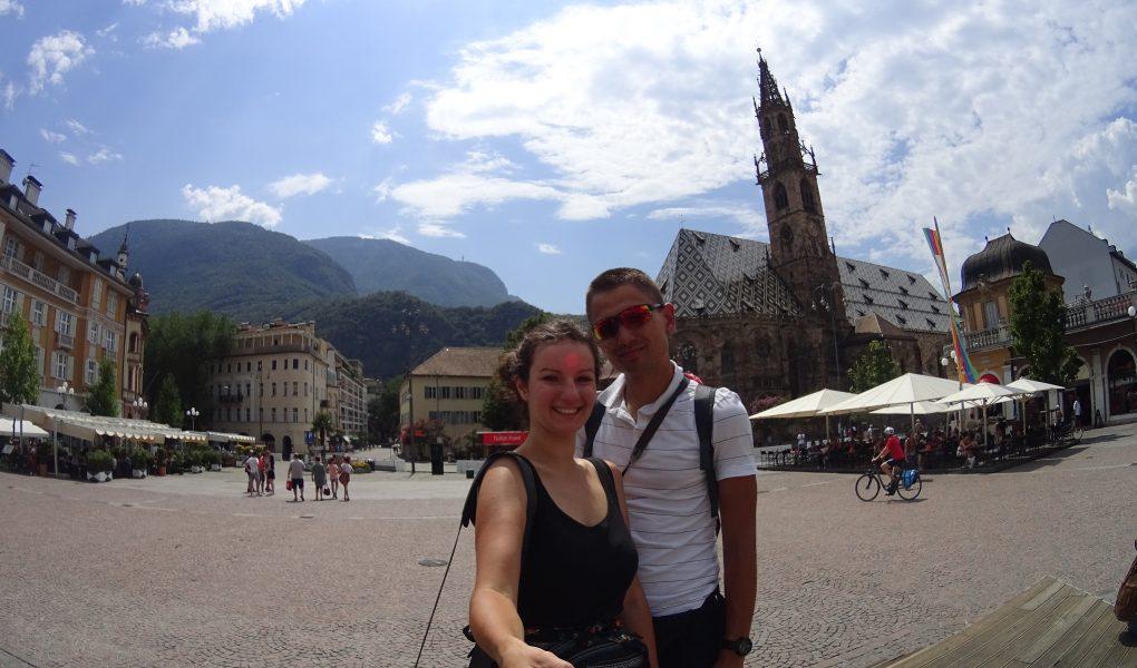 Jest on stolicą regionu Trydent- Górnej Adygi. Chociaż znajduje się w granicach państwa włoskiego na ulicach słychać język niemiecki, który jest obecny w restauracjach i sklepach. Austriacy stanowią większość mieszkańców tego miasta, stąd germanizacji wszelkich nazw jest tutaj normą.