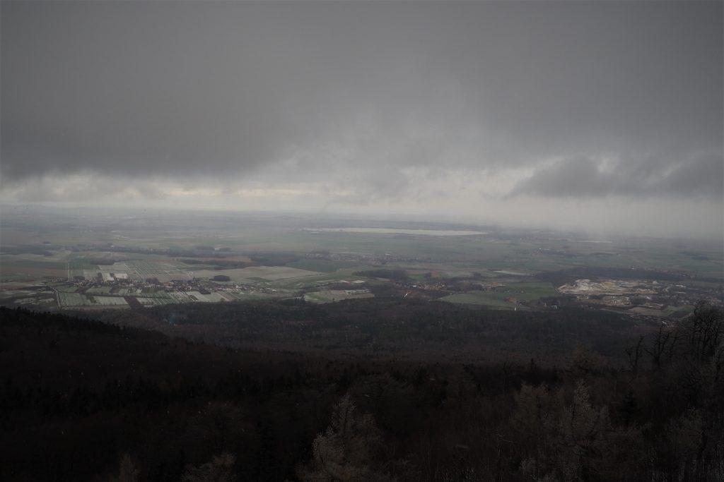 Widok z wieży widokowej na Ślęży