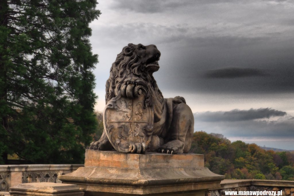 Lew strzegący wejścia do zamku Książ