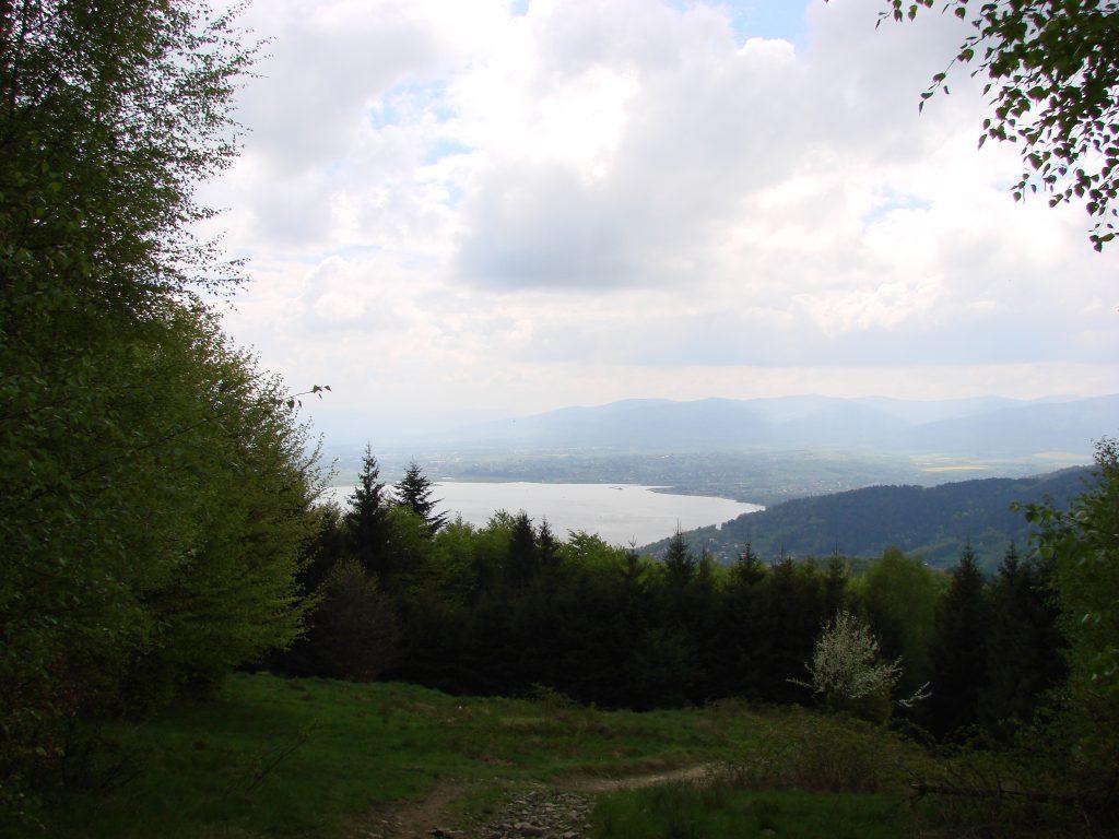 Jezioro Żywieckie- w tle szczyty Beskidu Śląskiego