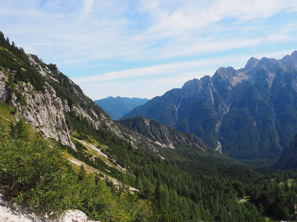 Fantastyczny widok z przełęczy Vratica na zbocza Jalovca
