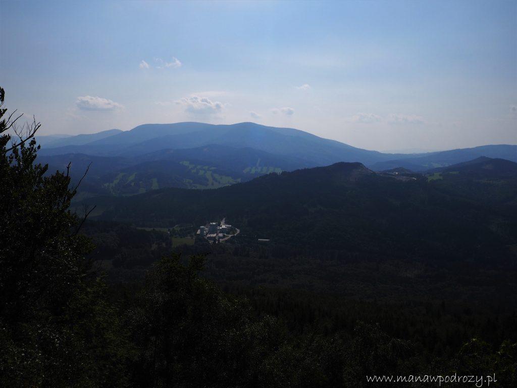Widok z Medvedy Kamen na pozostałą część Góry Rychlebskich