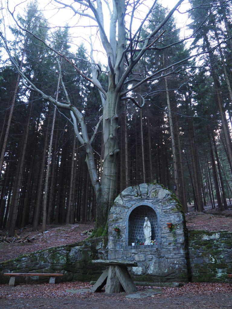 Jaskinia z figurą Matki Bożej nad źródłem Mariin pramen