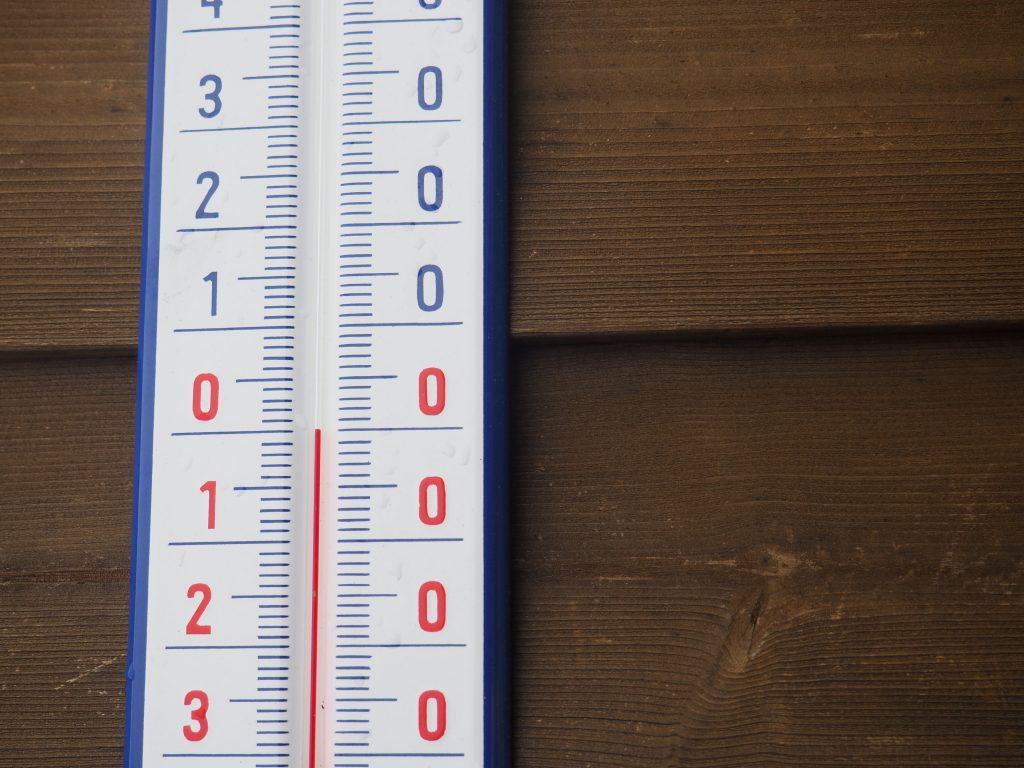 Zimowa temparatura przy schronisku na Seraku