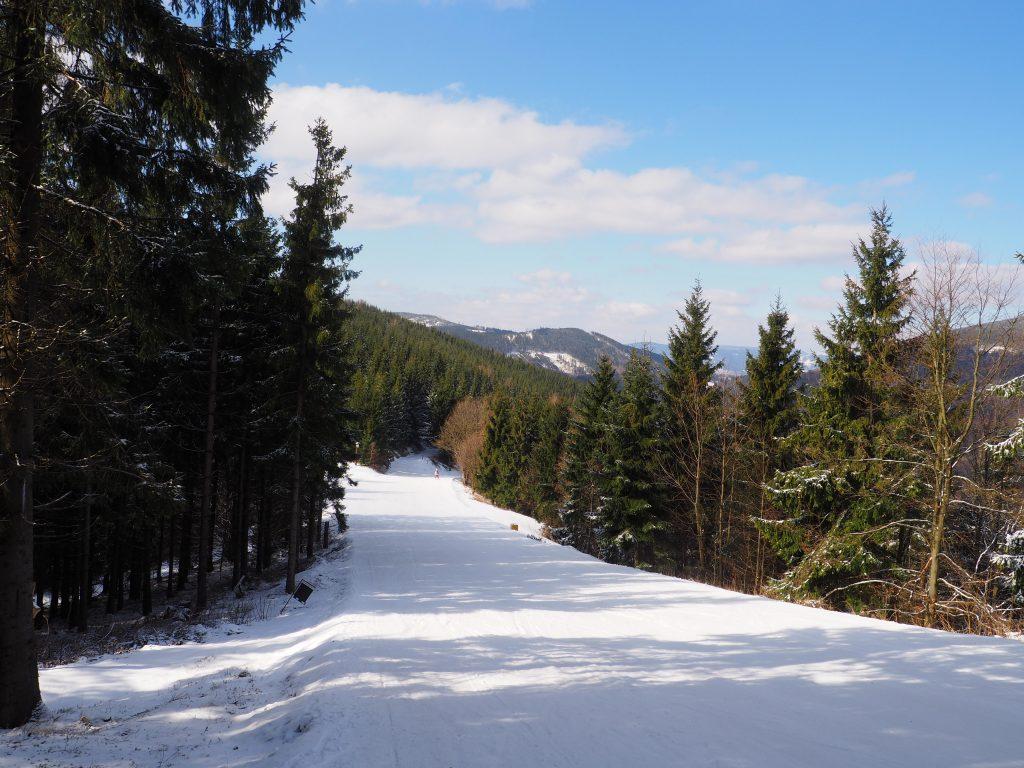 Szlak wzdłuż stoku narciarskiego