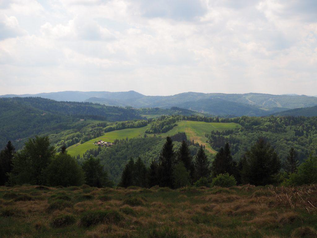 Trzy Kopce Wiślańskie na tle Góry Stożek i Soszów
