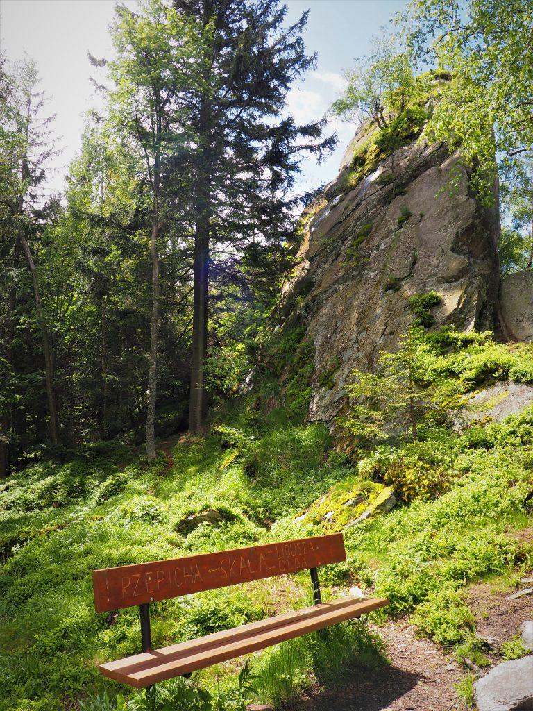 Ławka pomiędzy skałami z wyrytymi imionami Trzech Sióstr