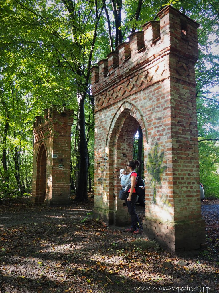 Jedna z bram wejściowych do Parku w Lipnie