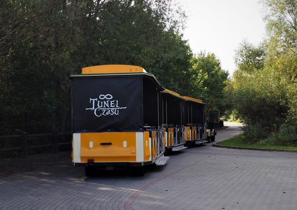 Przez Tunel Czasu przejeżdżamy kolejką składającą się z 3 wagoników