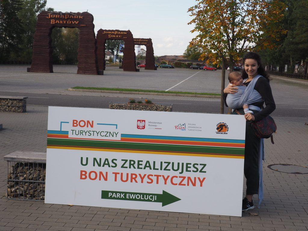 O możliwości zrealizowania bonu turystycznego w JuraPark Krasiejów informują duże tablice informacyjne
