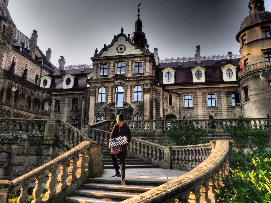 Zmierzając ku wejściu Pałacu w Mosznej