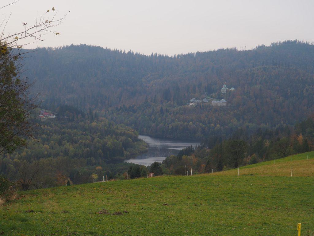 Jezioro Czerniańskie i Pałacyk Prezydencki widziane z żółtego szlaku na Cienków