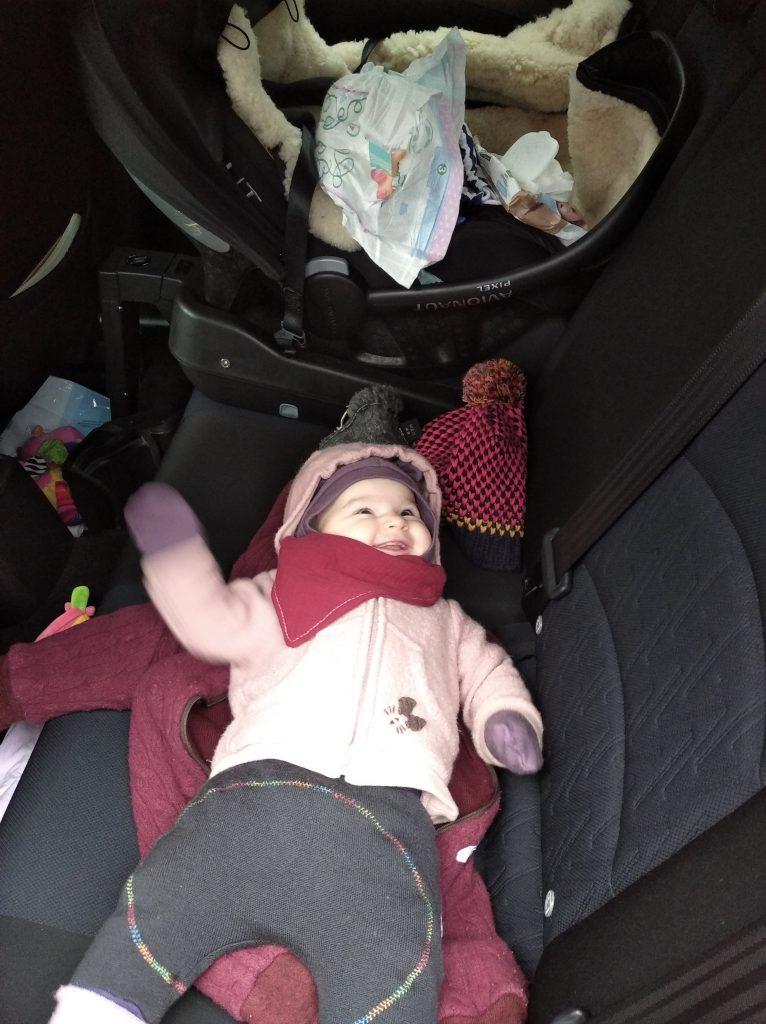 Przebieranie, karmienie i ubieraniem przed wyjściem z samochodu