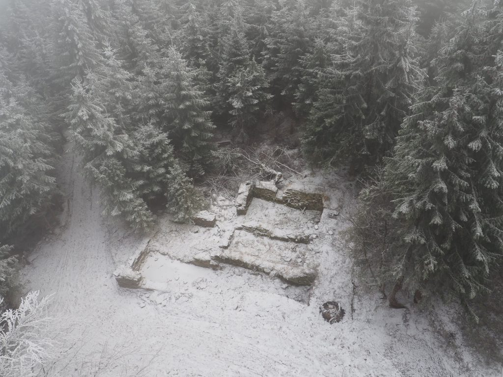 Ruiny schroniska na Orlicy