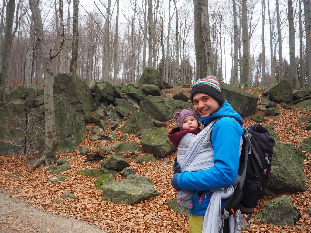 Na początku niebieskiego szlaku możemy odnaleźć ciekawe formacje skalne
