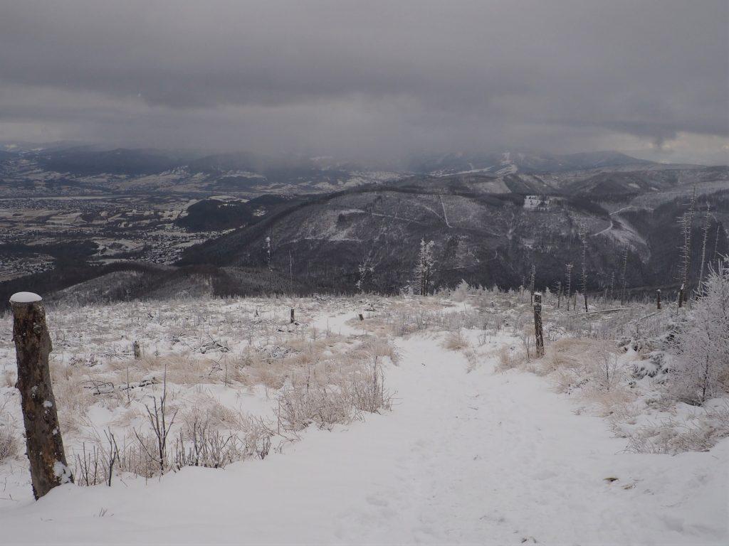 Widok na pochłonięte chmurą szczyty Beskidu Żywieckiego
