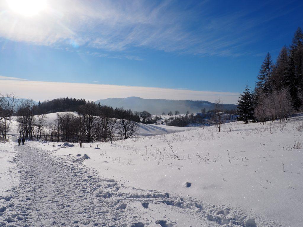 Gdy tylko odwrócimy się do tyłu naszym oczom ukazuje się piękna panorama na Góry Kamienne