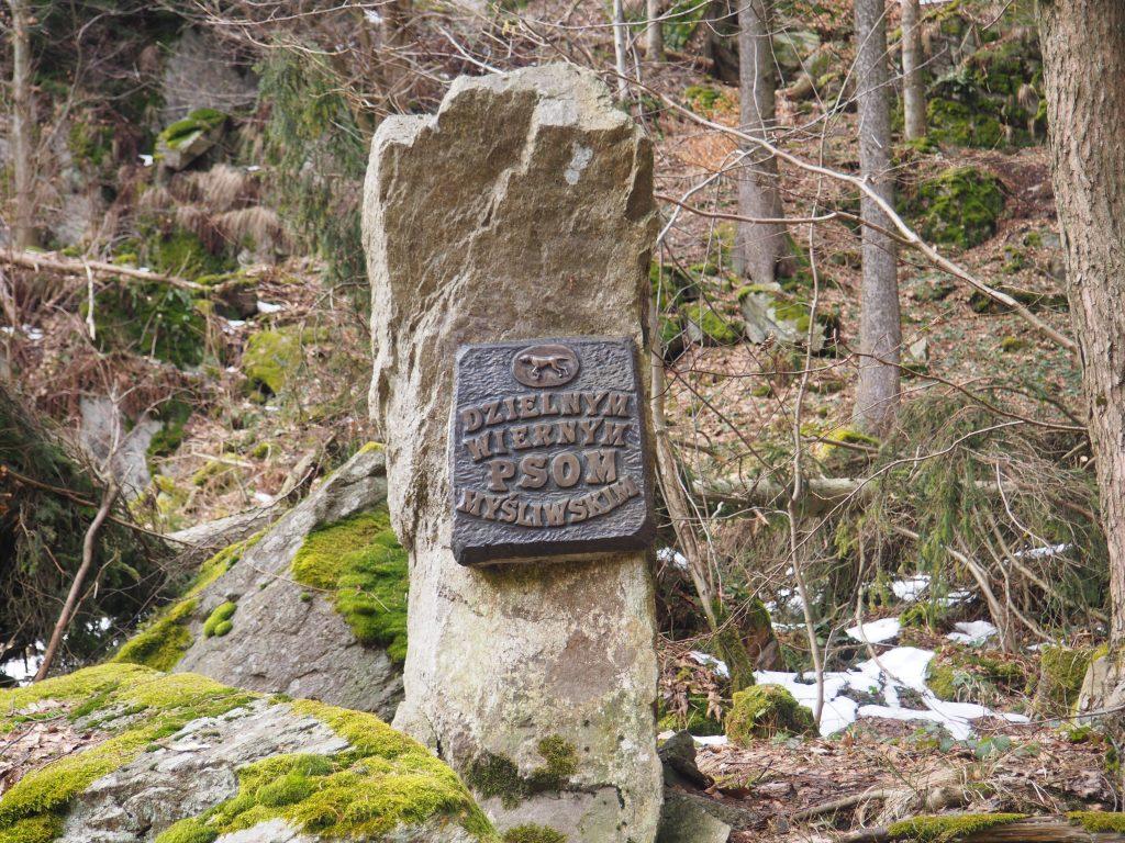 Pomnik poświęcony psom myśliwskim zlokalizowany w Skalnym Wąwozie