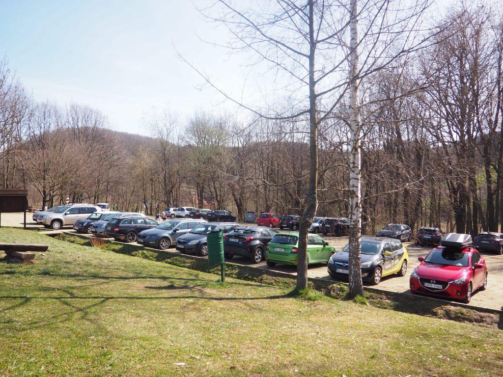 Parking tuż przy wejściu do Wąwozu Myśliborskiego