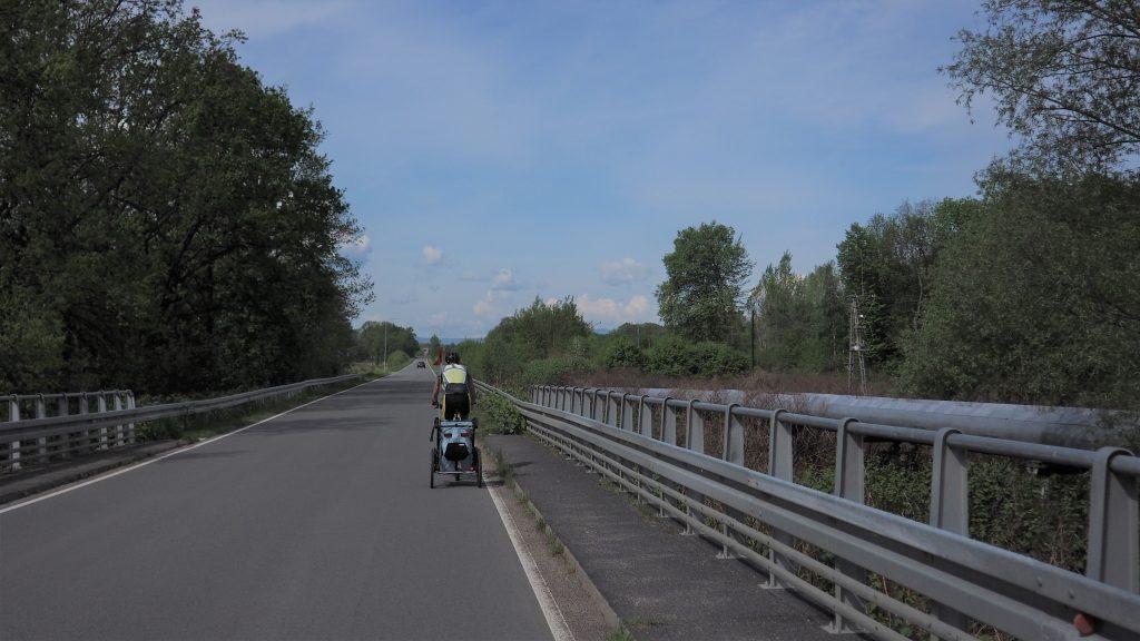 Ok. 200 metrów za tym mostem musimy skręcić w prawo....