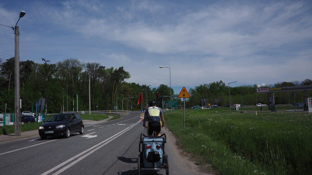 Przemierzając trasę wokół Jeziora Nyskiego, dwukrotnie musimy przejechać przez drogę krajową nr 46